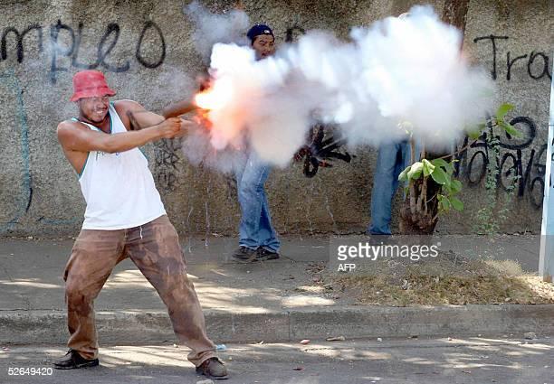 Un transportista le dispara un mortero casero a estudiantes universitarios durante un choque callejero el 19 de abril del 2005 en las inmediaciones...
