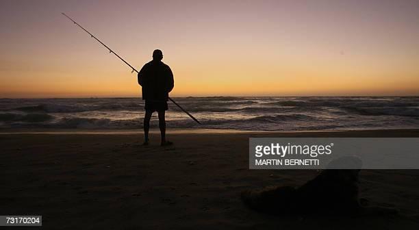 Un turista pesca frente a las playas de El Tabo 130 km al oeste de la ciudad de Santiago el 31 de enero de 2007 La actividad turistica en Chile se...