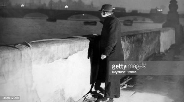 Un veilleur de nuit anglais surveille les abords d'un pont sur Embankment à l'endroit où des vandales ont apposé le slogan 'Boot out Bevan' la nuit...