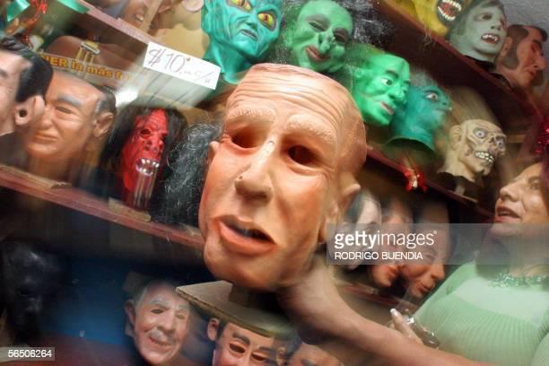 Un vendedor muestra una mascara del presidente de Estados Unidos George W Bush en una tienda del centro de Quito el 30 de diciembre de 2005 La...