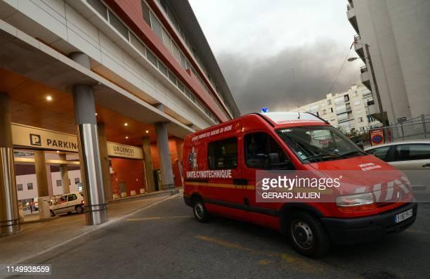 Un véhicule de l'unité cynotechnique des marins pompiers de Marseille sort de de la maternité de l'hôpital Saint-Joseph à Marseille, le 28 août 2012,...