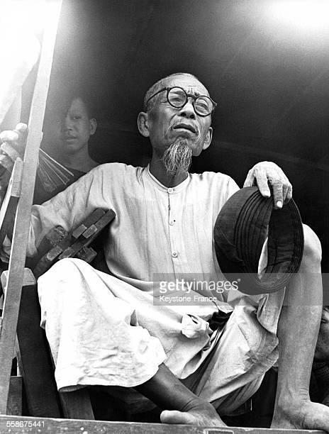 Un vieil homme serre les montants de son lit, son seul bien, à l'arrière d'un véhicule militaire lors de l'évacuation de la capitale de la zone sud...