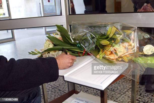 Un visiteur signe, le 07 octobre 2002 à l'hôpital La Pitié-Salpétrière à Paris, le registre de messages destinés au maire de Paris Bertrand Delanoë....