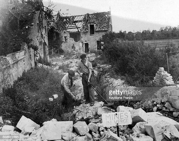 Un volontaire français muni d'un appareil à détecter les mines en France circa 1940
