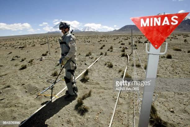 Un zapador del ejercito chileno trabaja en un campo minado en Chungara zona fronteriza entre Chile y Bolivia el 21 de julio de 2005 El soldado...