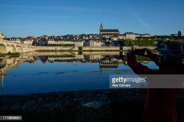 una cicloturista fotografía la ciudad de blois sobre el río loira - loir et cher stock pictures, royalty-free photos & images