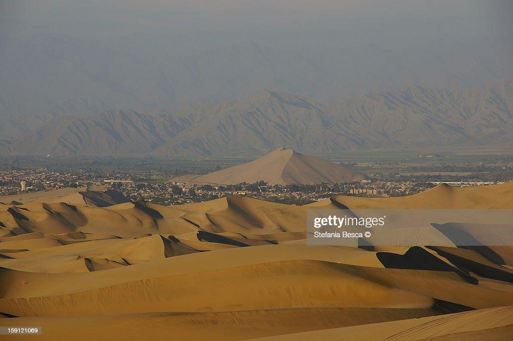 Una duna in mezzo alla città : Stock Photo