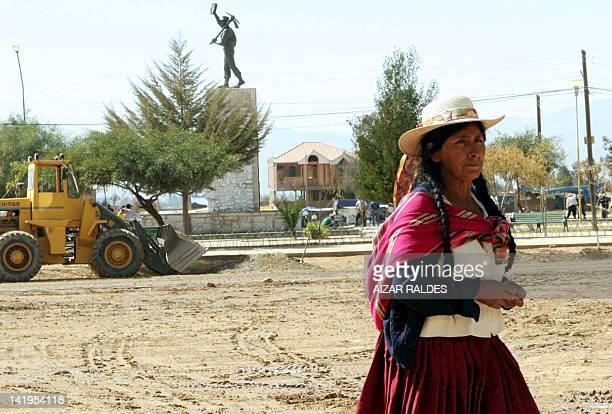 Una indígena quechua camina frente a la plaza de Ucureña, a 50 Km. De Cochabamba, el 01 de agosto de 2006. El presidente Evo Morales presentará allí...