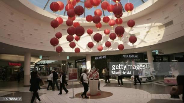 Una instalación de lámparas chinas en Dadeland Mall en enero Este es uno de los centros comerciales de Simon Property Group que cierran temporalmente...