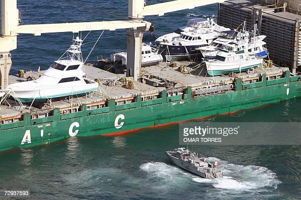 Una lancha rapida de la marina mexicana intercepta a un carguero para inspeccionarlo frente a la costa de la ciudad de Ensenada en el estado de Baja...