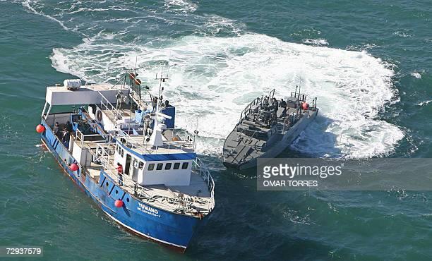 Una lancha rapida de la marina mexicana intercepta a una embarcacion pesquera para inspeccionarla frente a la costa de la ciudad de Ensenada en el...