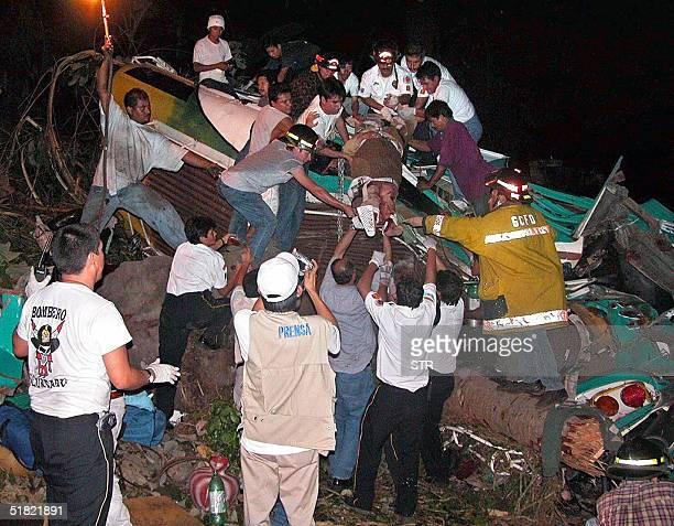 Una mujer es rescatada por miembros del Cuerpo de Bomberos Voluntarios el 03 de diciembre de 2004 tras un accidente en el cual un autobus que...