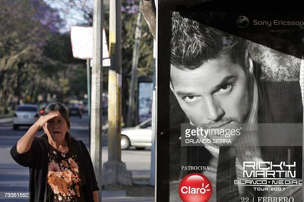 Una mujer indigena pasa junto a un cartel con publicidad del cantante puertorriqueno Ricky Martin en Ciudad de Guatemala, el 16 de febrero de 2007....
