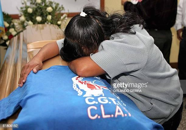 Una mujer llora el 30 de noviembre de 2004 sobre el ataud que contiene los restos de Julio Rolando Raquec Secretario General de la Federacion...
