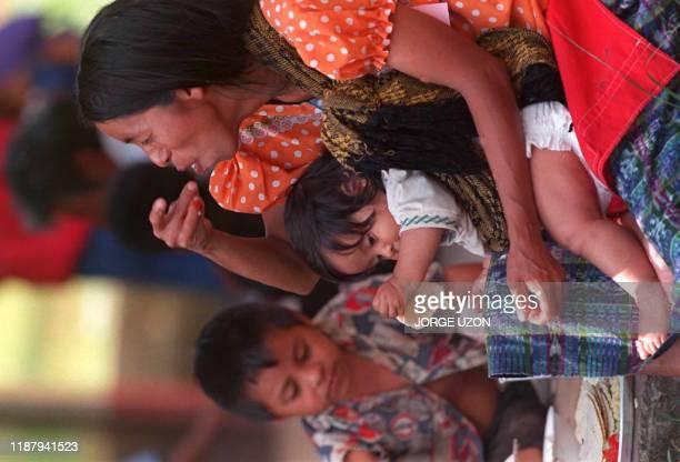 Una mujer retornada desde Mexico come junto con sus hijos en un albergue de la capital Ciudad de Guatemala05 de Julio Apoximadamente 576 retornados...