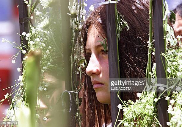 Una nina escucha la misa frente al colegio Agustiniano en Bogota el 29 de abril de 2004 Un total de 22 ninos y un adulto muertos asi como una...