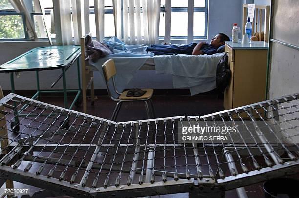 Una paciente permanece en la Sala de Mujeres del Hospital Roosevelt en la periferia sur de Ciudad de Guatemala el 27 de setiembre de 2006 La crisis...