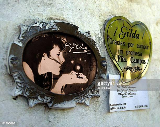 Una placa de agradecimiento junto a una foto de Gilda fueron colocados por devotos en la entrada de un santuario en su honor levantado a 129 km de la...