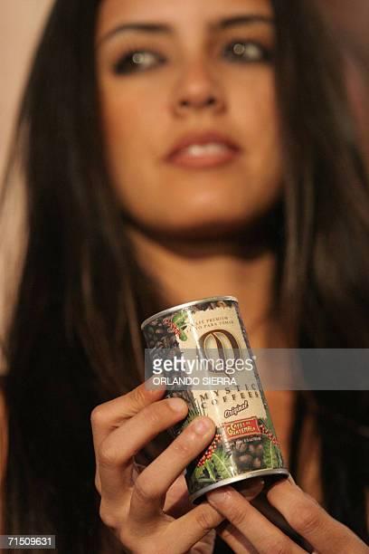 Una promotora comercial muestra a la prensa la nueva bebida a base de cafe lanzada al mercado al inaugurarse el XVII Congreso Nacional de la...