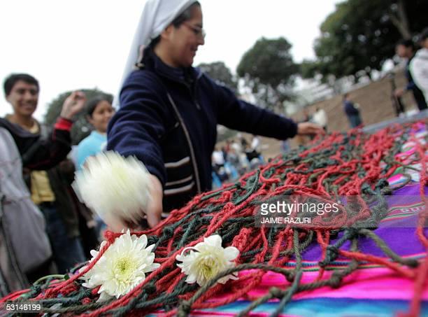 Una religiosa coloca un quipu en una mesa como parte de la confeccion el Gran Quipu de la Memoria o El Gran Nudo de la Memoria en un parque de Lima...