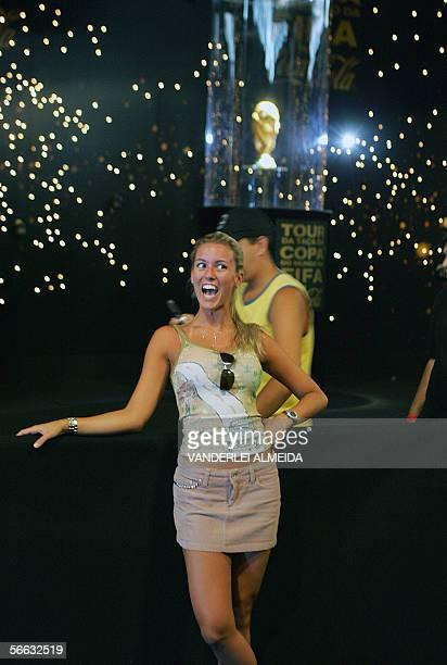 Una turista se hace tomar una fotografia delante de la Copa del Mundo Fifa en exposicion en el Fuerte de Copacabana en Rio de Janeiro Brasil el 20 de...