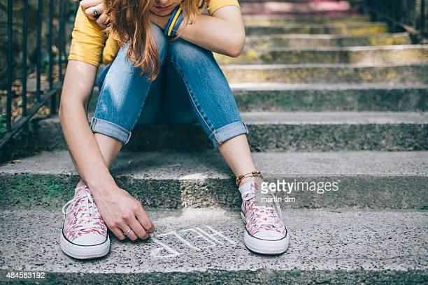 garota unahppy escreve ajuda no terreno - help palavra única - fotografias e filmes do acervo