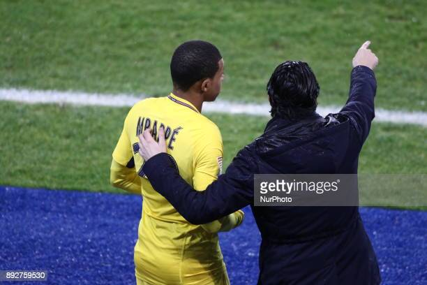 Unai Emery head coach of PSG gives his instructions to Mbappe Lottin Kylian of PSG during the french League Cup match Round of 16 between Strasbourg...