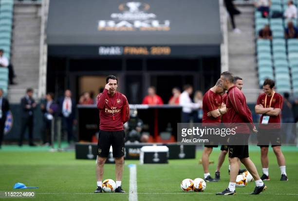 Unai Emery Manager of Arsenal gives his team instructions during an Arsenal training session on the eve of the UEFA Europa League Final against...