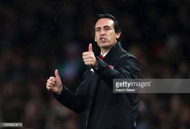 Unai Emery Manager of Arsenal gives his team instructions during the Carabao Cup Fourth Round match between Arsenal and Blackpool at Emirates Stadium...