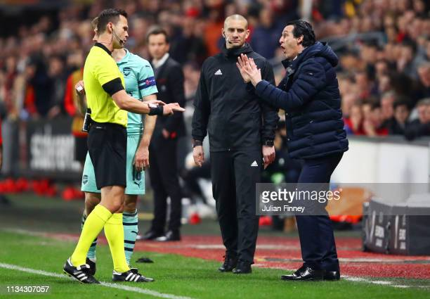 Unai Emery manager of Arsenal reacts as he speaks with referee Ivan Kruzliak during the UEFA Europa League Round of 16 First Leg match between Stade...