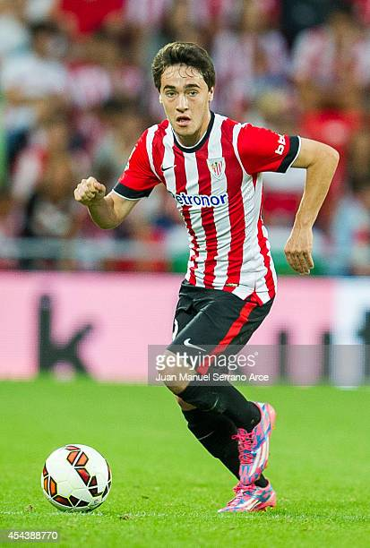 Unai Lopez of Athletic Club Bilbao controls the ball during the La Liga match between Athletic Club and Levante UD at San Mames Stadium on August 30...