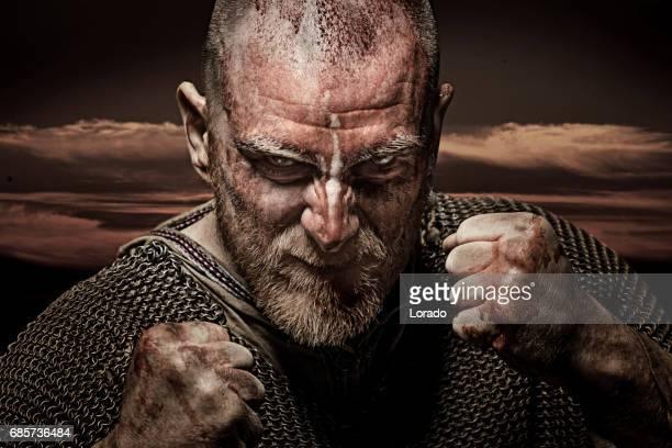 感情的なポーズで非武装の流血バイキング戦士