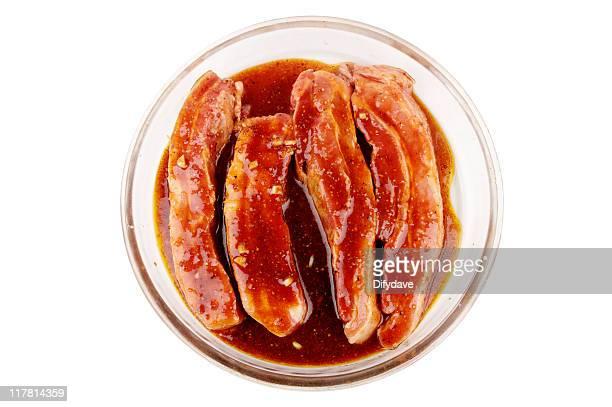 Uncooked Streaky Schweinefleisch Scheiben In Hausgemachte Barbecue-Soße
