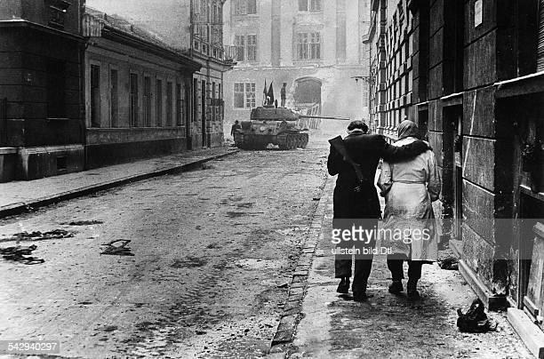 Budapest Straße Corvin Köz in der Innenstadt Freiheitskämpfer hält eine Frau im Arm Im Hintergrund ein ungarischer Panzer der Aufständischen dahinter...
