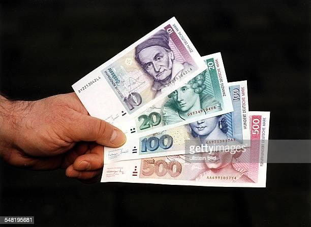 10 DM 20 DM 100 DM und 500 DM Geldschein in einer Hand 1999 Symbolfoto 630MarkJobs