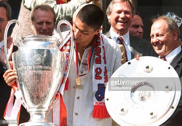 Und EMPFANG FC BAYERN MUENCHEN 2001 auf dem Marienplatz in Muenchen; FC BAYERN MUENCHEN CHAMPIONS LEAGUE SIEGER 2001; Giovane ELBER mit dem Champions...