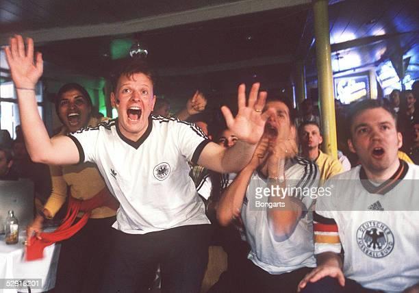 FUSSBALL FANS und TV UEBERTRAGUNG Hamburg 150798