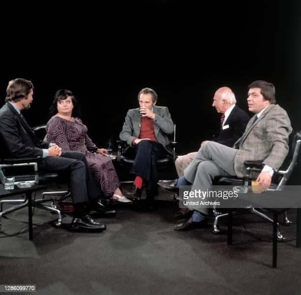 Und WALTER SCHMIEDING diskutieren über das Thema: 'Aber Witz', Sendung im ZDF, Juli 1974.