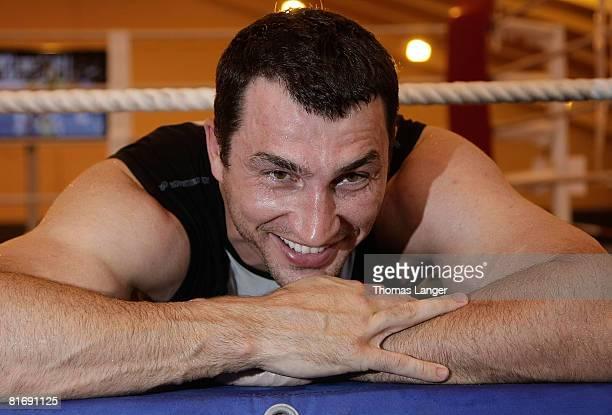 Und WBO World Heavyweight Champion Wladimir Klitschko of Ukraine relaxes after a training session on June 24, 2008 in Going, Austria. The Heavyweight...