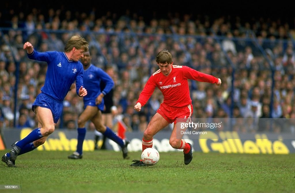 Kenny Dalglish of Liverpool and Nigel Spackman of Chelsea. : News Photo