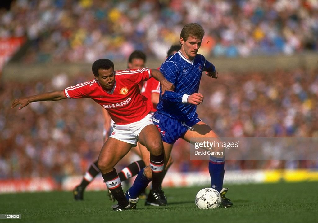 Remi Moses of Manchester United and Gordon Durie of Chelsea : News Photo