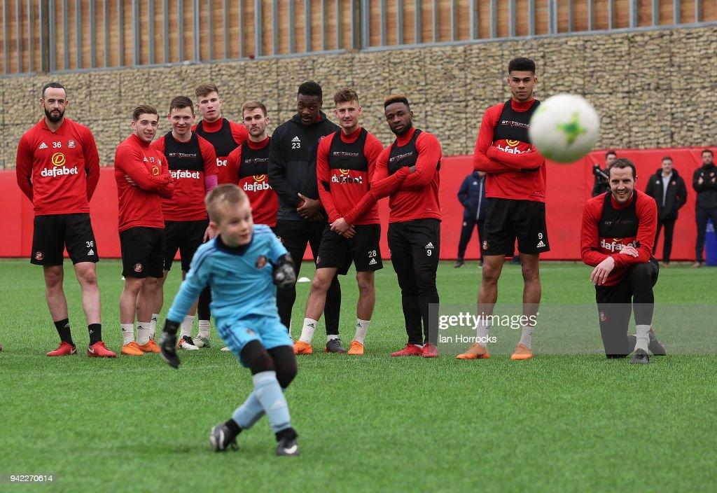 Sunderland Train with the Club's U9 Team : News Photo