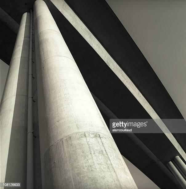 por baixo de uma ponte e olhando para cima coluna - coluna arquitetônica - fotografias e filmes do acervo
