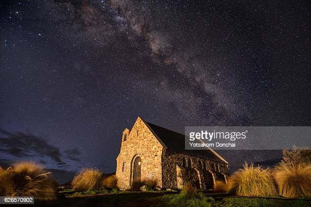 under the million stars at church of the good shepherd - lago tekapo fotografías e imágenes de stock