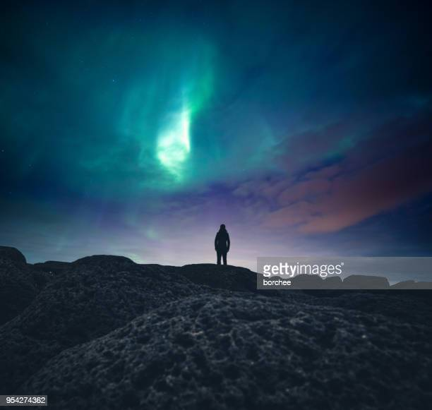 under the northern lights - impressionante foto e immagini stock