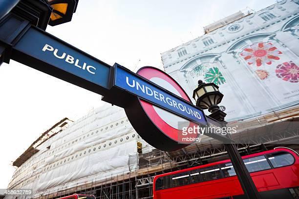 estação de metro metro em piccadilly circus, em londres - piccadilly circus imagens e fotografias de stock