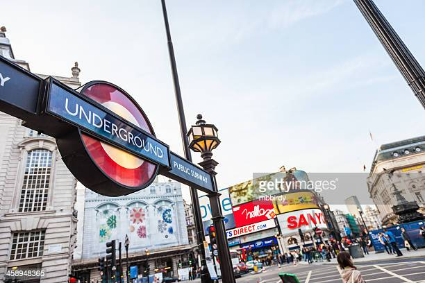 Subterráneo a la estación de metro de Piccadilly Circus en Londres