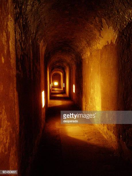 un túnel subterráneo - penetrar fotografías e imágenes de stock