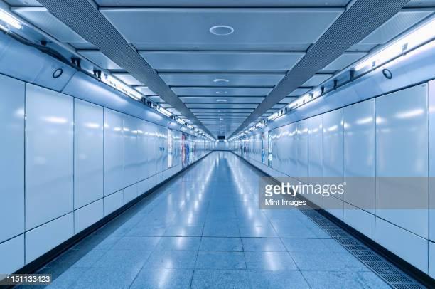 underground walkway - lungo foto e immagini stock