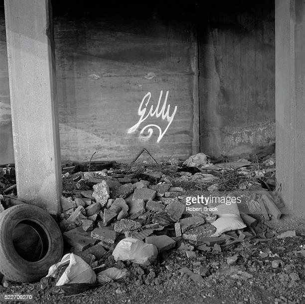 underside of bridge - rubble stock pictures, royalty-free photos & images